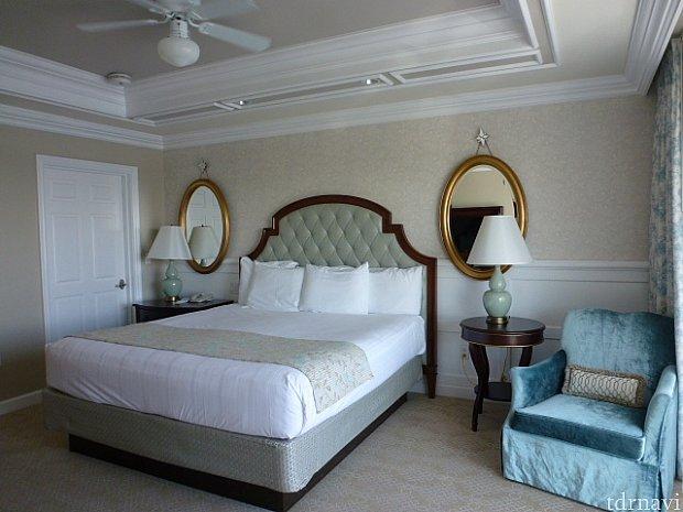 隣の部屋にベッドルーム