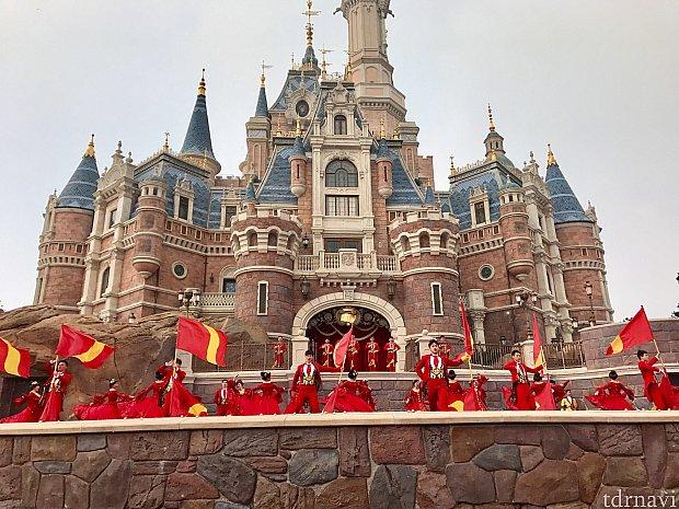 オープニングは真っ赤な衣装!ダンサーさんの人数に圧倒です!!
