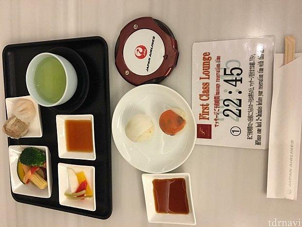 JALファーストラウンジでマッサージの予約とブッフェを楽しみます(^o^)