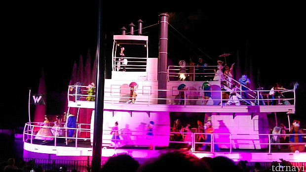 最後は蒸気船に乗ったキャラクターたちが登場!