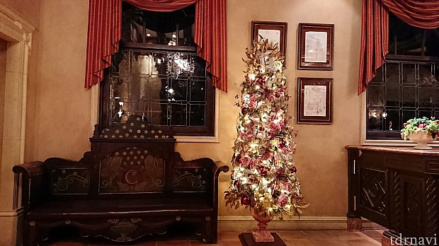 少し早めに着きましたが、入口のソファー席で待たせていただくことができました。クリスマスシーズンなのでツリーも飾られていました。