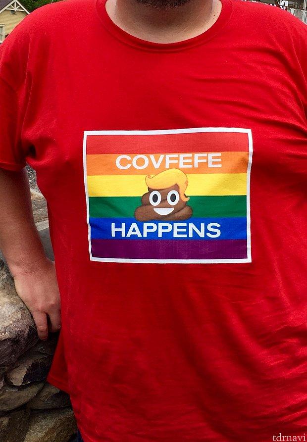 これが一番ウケました。この方に写真を撮っていいか聞いて見たら、快くOKしていただきました。これは、ある有名なアメリカ人をパロったTシャツです。誰だかわかりますか?ウンチ君の髪型がヒント。(笑笑)COVFEFEとはこの有名人がツイートで打ち間違え、最近かなり話題になった言葉です。(ちなみにこんな言葉は存在しません) こちらはディズニー公式グッズではありません。笑