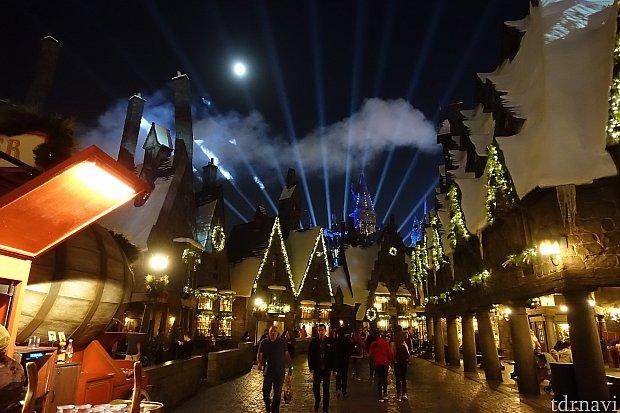 ホグワーツ城のライトアップによって、幻想的な雰囲気になるホグズミード村。
