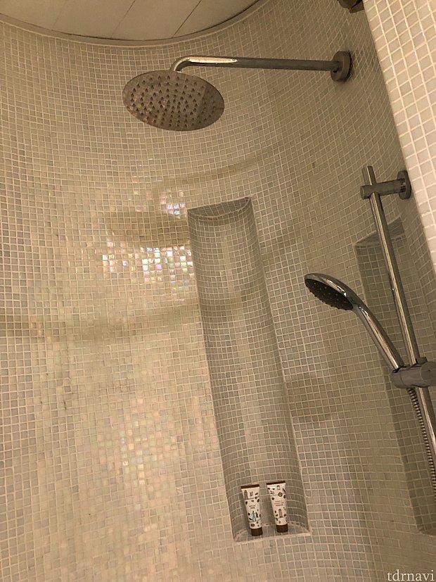 シャワールームはカーテンがあるのでトイレに水が飛ばないようになっています♪