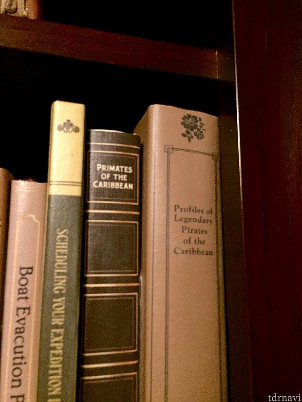 答えはシンデレラです。わかりましたか?英語の発音の方が近いかもしれません。次は簡単ですかね。茶色の本のタイトル、はあるアトラクションの名前をもじっています。タイトルは「Primates of the Caribbean」