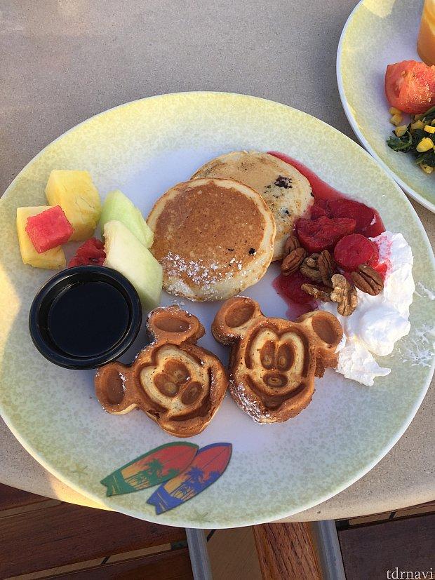 朝から甘いものを食べる幸せ。ミッキーに癒されます!
