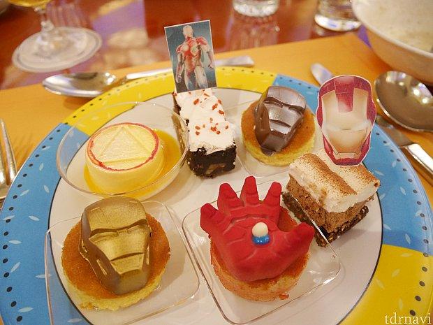 アイアンマン尽くし!左奥から時計回りにマンゴームース、チョコケーキ、チョコ系が乗ってるケーキ、チョコケーキ・・・・・