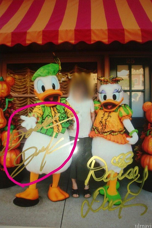 丸で囲んでいるのが今回もらったサインです。この写真自体は昨年の香港ディズニーランドで撮った写真です。