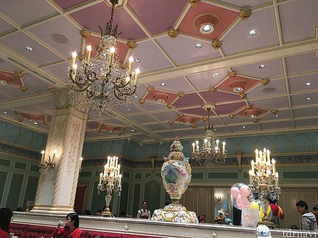 室内はお城の中というだけあって、本当にロイヤルな空間!