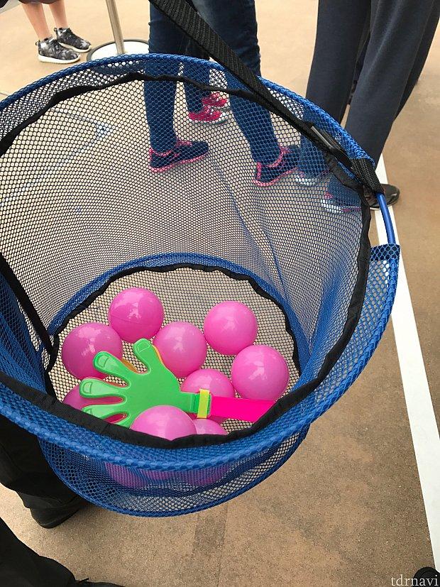 このピンクのボールを投げます!