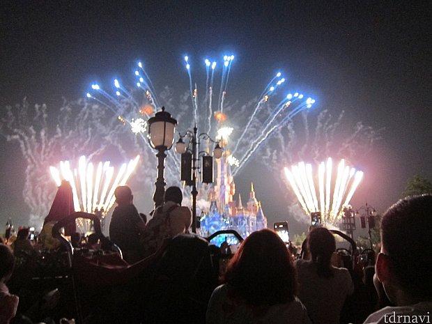 特別イベント花火のあとに普通のイグナイト。ここら辺から立ち見肩車観覧が始まりました。城がでかいので、キャッスル花火ショーも迫力ありました。