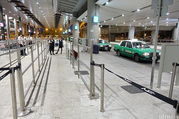 タクシー乗り場の案内員にレシートをもらいましょう。