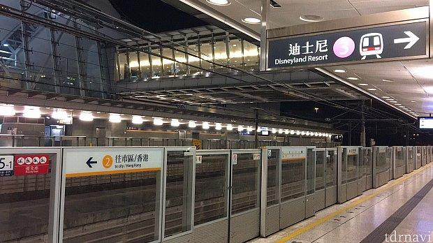 欣澳駅で乗換えます。ここにも人がほとんどいません。