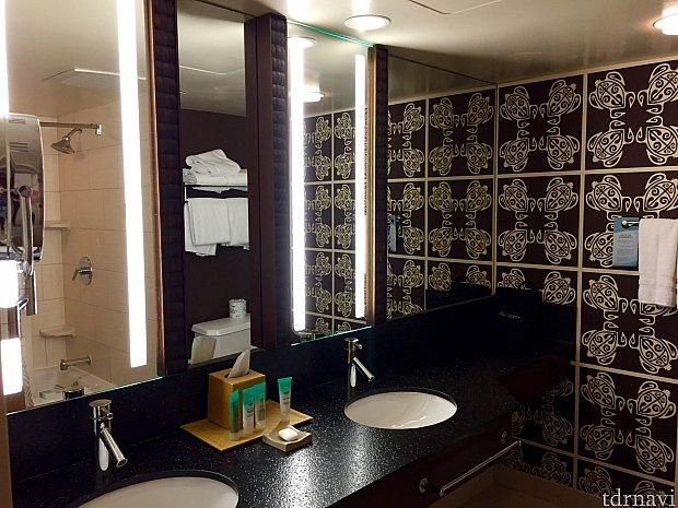 バスルームもリニューアルされていて綺麗です。亀のモチーフの壁紙が印象的でした。