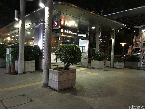 メイフー(Mei Foo)駅B出口。出た方向とは反対に歩いていきます