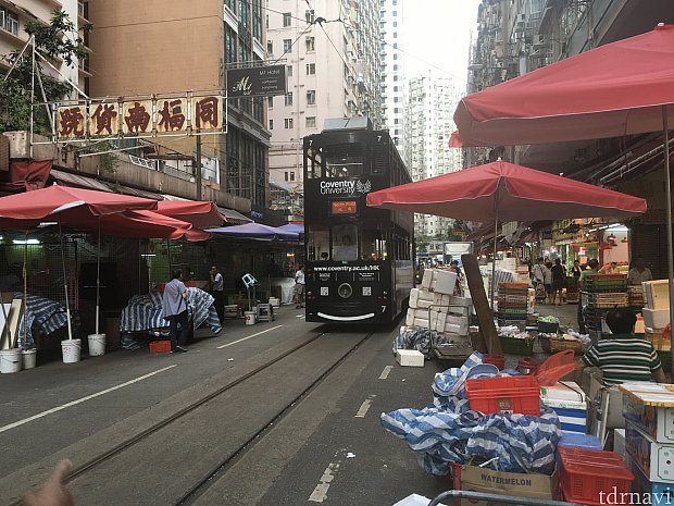 香港島名物のトラムに乗り、市場の真ん中を走る姿を見に。市場も魚や肉の売り方にビックリさせられます…パン屋さんで朝ごはんを買うのもいいですよ
