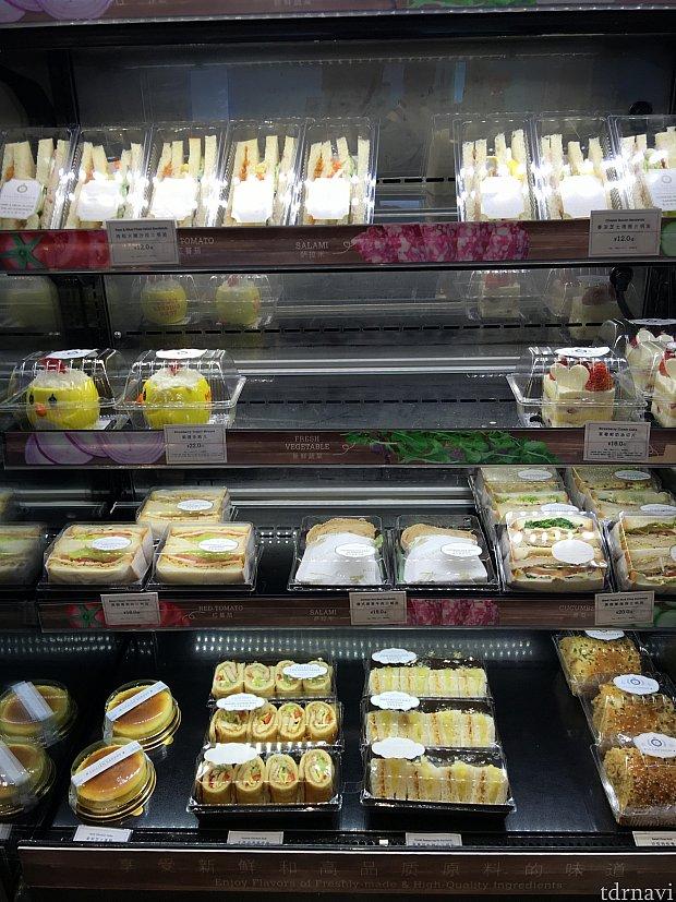 サンドイッチやケーキも!ここの食品は未開封ならランドへ持ち込み可能だそうです。