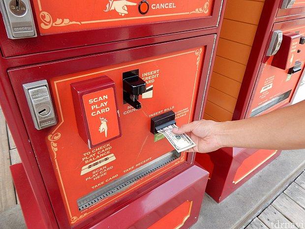 現金(もしくはクレジットカード)を入れて、何ポイントチャージするか選択して…
