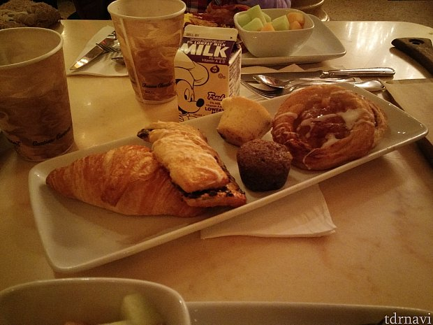 朝食:テーブルごとにパンが付いてきます。