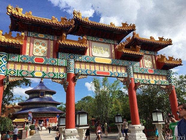 湖に向かって佇むゲート。ここから中国館に入ります。