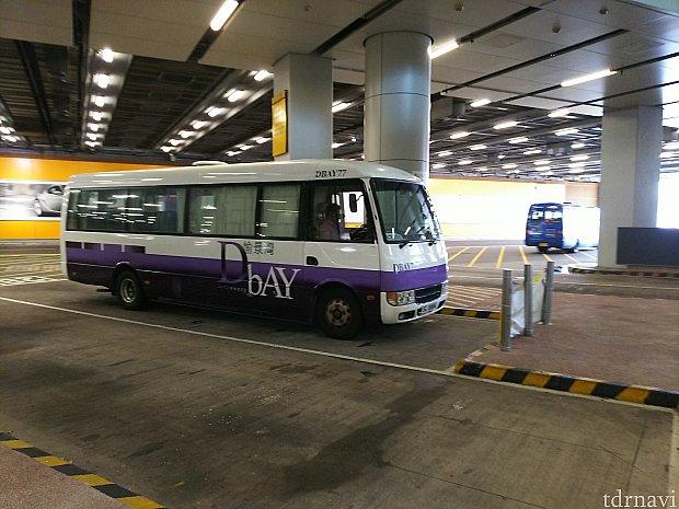 自動ドアを出たらすぐバス乗り場です。
