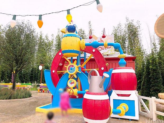ハンドルを回すと、樽からミストが噴出! ショー以外の時間は、自由に遊べるようです。