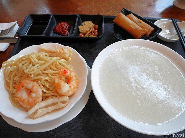 香港の朝食メニューを選択!お粥に何か具が沈んでました。左上の調味料を投入して味を変えつつ食べるのがよいかと!春巻き用の醤油にも手を出しました・・・