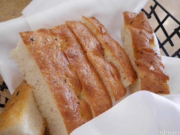 おかわりできるパンが付きます。何もつけなくても美味しかったです!