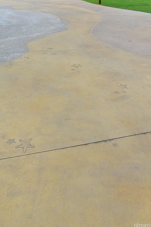 道が砂浜を表現してるんです!ヒトデがいたり、波や砂も描かれていて私好み(^o^)