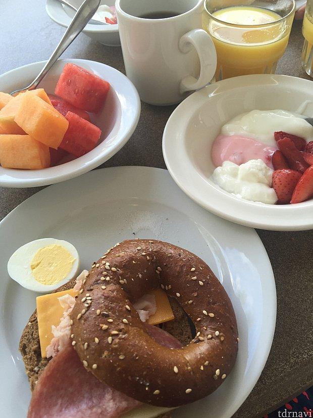 ほぼ、毎日朝食はラウンジで食べていました。チーズやハムの種類も多いので、だんだん自分でアレンジしていく楽しみもありました。
