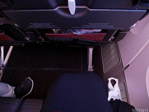 座席の感覚はこんな感じ!LCCに乗ってばかりなのでかなり広く感じました😆足を伸ばしても余裕があります。フッドレストはないです😣