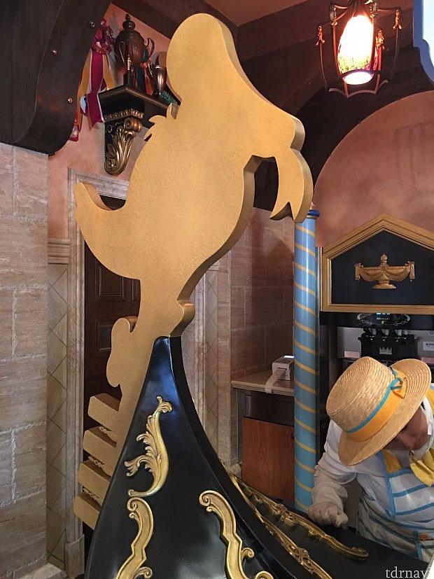 店内の装飾にはドナルドのシルエットがモチーフに。