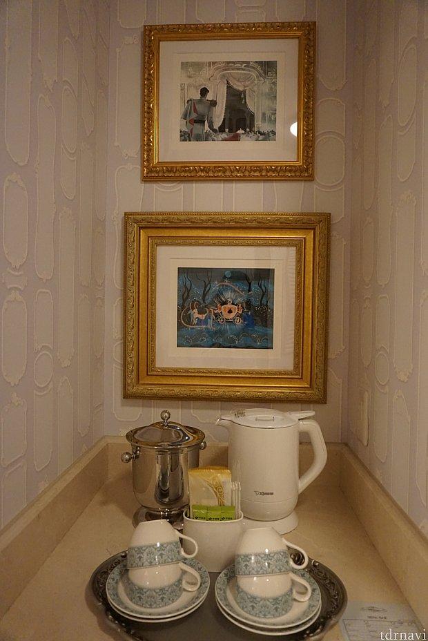 緑茶、コーヒーがありました。下は冷蔵庫です。