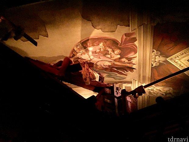 ミケランジェロがチャペルの天井画を描いているシーン。