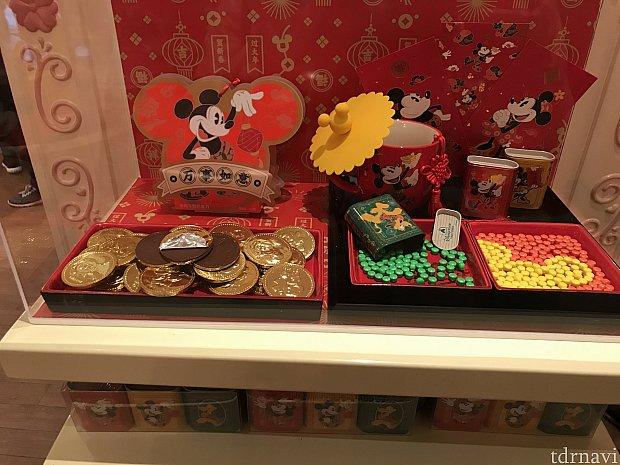 左側コインチョコ 39元 右側 缶入りお菓子 69元