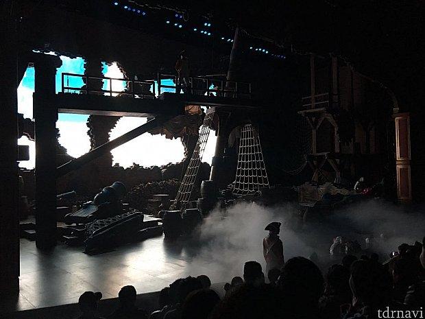ライトが点くと舞台上には本格的なセットが!