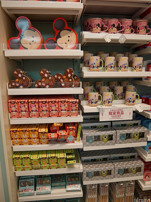 お菓子と食卓用商品が売られてます。