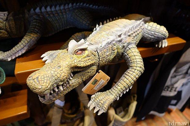これが未知の爬虫類生物!激流アトラクション「ロアリング・ラピッド」に乗ると登場します。