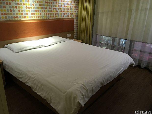 お部屋はダブルベットルーム!かなり大きなベッドです