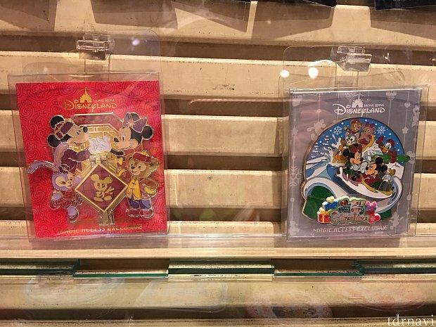 ガラスケースの中に限定ピンが展示されていました。 左は2018年春節限定ピン、右は2017年クリスマス限定ピン