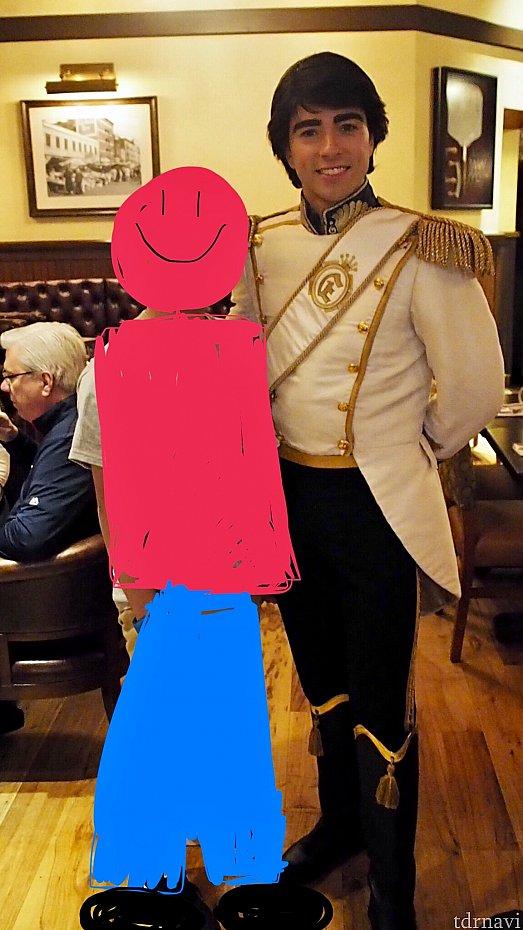 眉毛が濃いエリック王子 笑 とても優しく誠実でした!腕を組んでいいかと聞いたら手を取って腕に回してくれました!