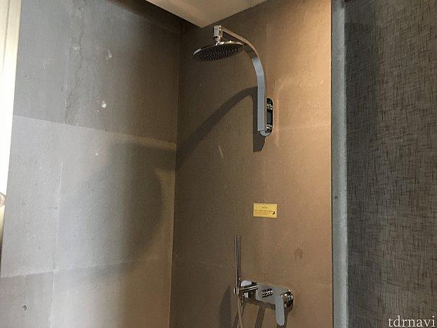 シャワールーム。固定式のものと可動式のものがあります。下の方の棒みたいなものが可動式シャワー。一瞬何だか分かりませんでした…