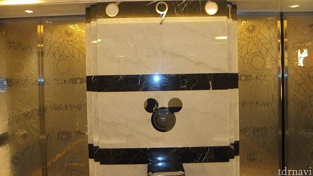 館内は至る所にミッキーの形が見られました。エレベーターの呼び出しボタンもミッキー。エレベーター内ではミッキーとミニーが「タタタタ~ン♪○○階♪」と喋ってくれます。