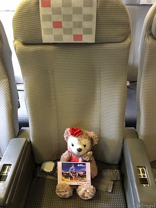 エコノミーの座席です。ディズニーの絵葉書貰いました♪非常口席なので足を伸ばせます(o^^o)