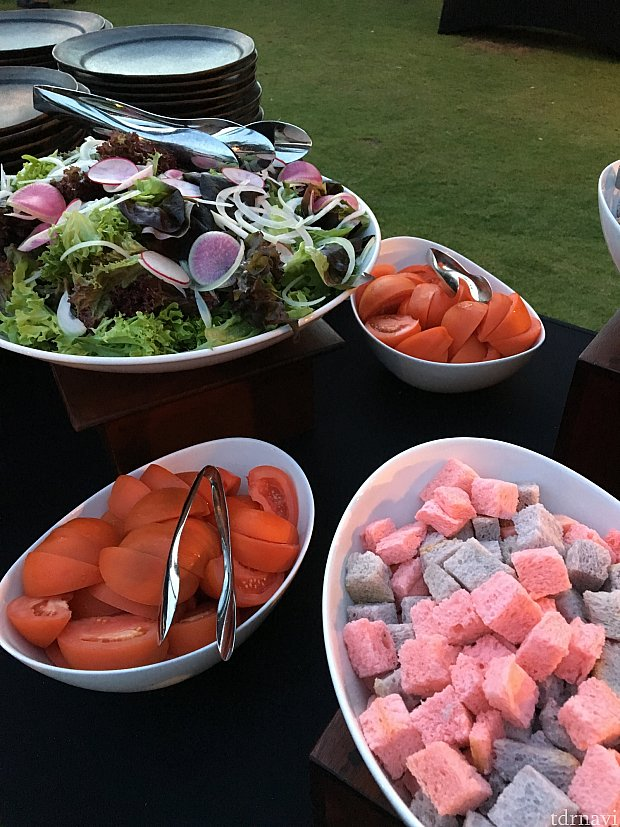 サラダ。手前はタロ芋とグァバが練りこんであるクルトン。パパイヤシードのドレッシングでどうぞ。