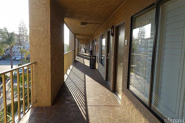 廊下と入口です。 窓はカーテンではなく、サッシになっていたので、光を取り入れながら外からの視線を避けることができました。