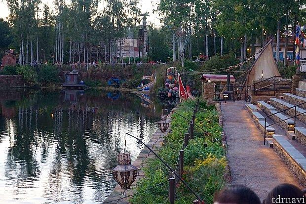 ゲスト席と湖の間には花が植えられていました。前回のジャングルブックのショーはここにも舞台がありました。