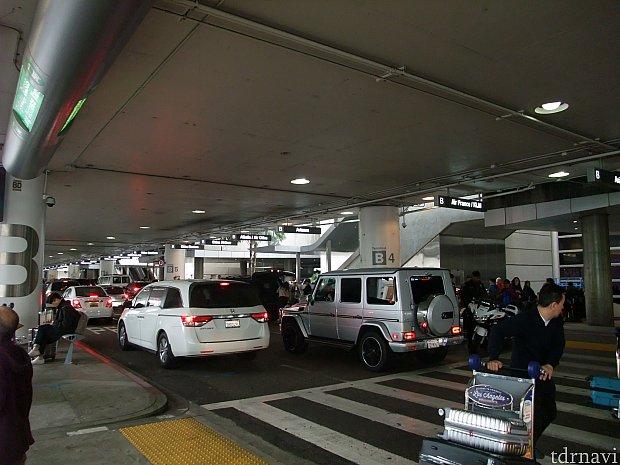 ロサンゼルス国際空港のトム・ブラッドレー国際ターミナルで送迎の方と合流後、一緒に駐車場まで行きます。