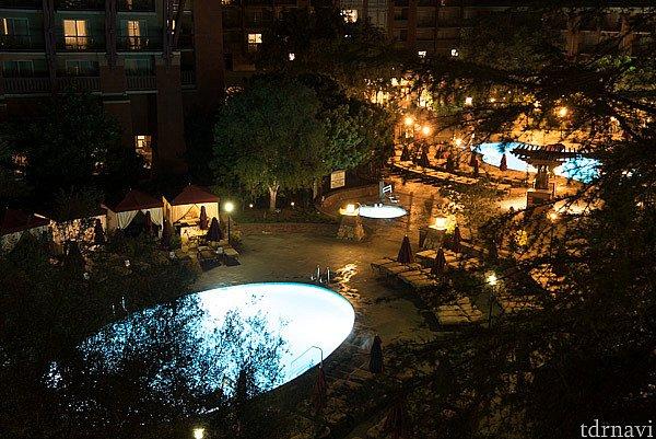 夜のプールは静かに更けていきます。