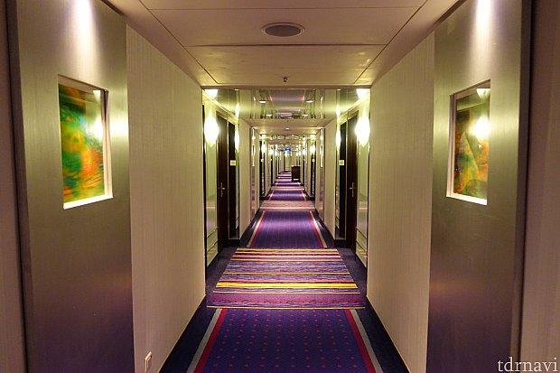 客室の通路は、まあキレイです。